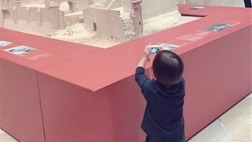 昆凌带儿子逛博物馆 钓出老公周杰伦调侃小小周