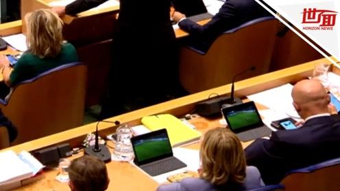 抓个正着!荷兰首相正国会发言 身后两位部长却在偷偷看球赛