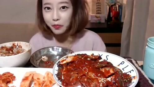 大胃王美女自制酱螃蟹,咔咔的直接咬螃蟹壳,牙齿真好!