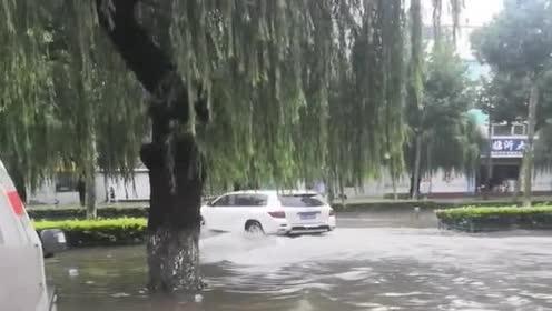 雨后街道积水了,还好我开的是越野车,不然就回不了家!