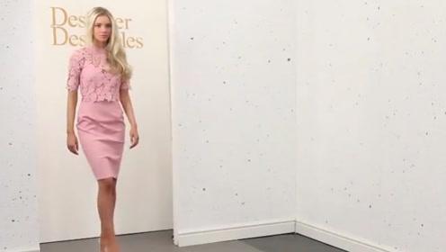 颜值模特身材高挑,穿粉色短裙,展现出气质美