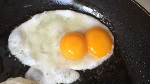 """""""双黄蛋""""是激素催出来的吗?营养师:双黄蛋仅是母鸡排卵紊乱的结果"""