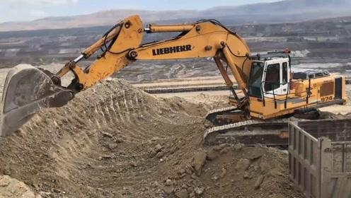 利勃海尔974挖掘机,虽然车很大,但是土质太硬了,挖不动
