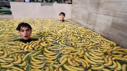 熊孩子用10万个香蕉洗澡,真的能美颜吗?网友:少不了一顿打