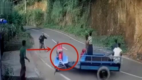 拖拉机失控后原地转圈,大爷一脸无助,结果的悲剧让人愤怒!
