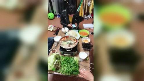 中国姑娘远嫁韩国的生活,一家人聚在一起吃火锅,伙食真不错!