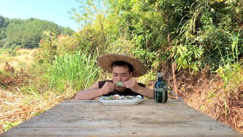生蚝这样吃才过瘾,小伙在山上做一锅生蚝,一口一个吃的太过瘾了