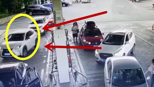 女司机加油站加油,这是要把加油箱都带走吗?