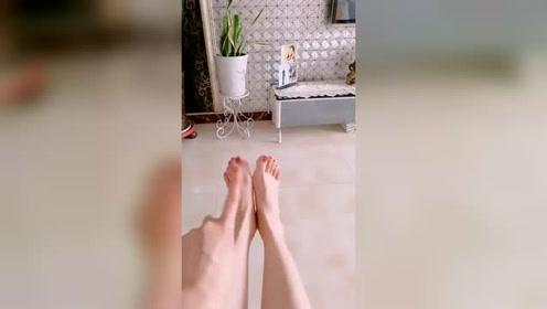 美女脚模的生活自拍:手脚并用来一段手舞足蹈,脚都要扭抽抽了