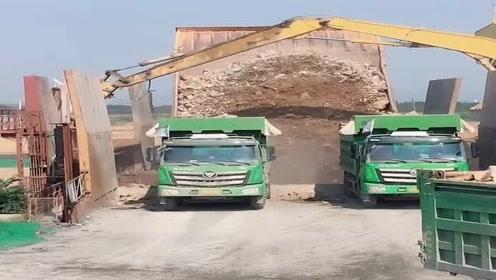 传说中能载300吨的巨型卡车,2辆大货车都没他宽,震撼!