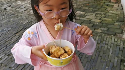 母女俩游周庄古镇,妈妈带女儿吃最爱的小吃,没想到被嫌弃