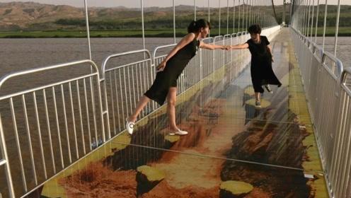 这座玻璃桥比张家界的还恐怖!很多人是跪着走的