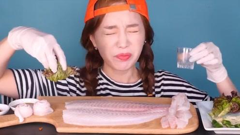 韩国美女吃比目鱼,刀落下一个跳跃躲开了,生吃完再做成鱼锅吃