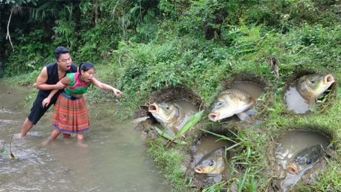 农村小妹来河边觅食,意外发现水坑中有鱼,二话不说就开始捞!