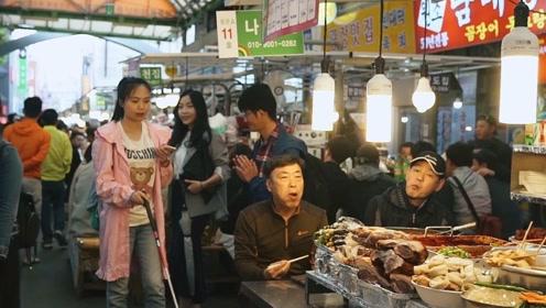盲人美女独自游韩国,全程只靠一部手机,吃美食逛商场毫无障碍