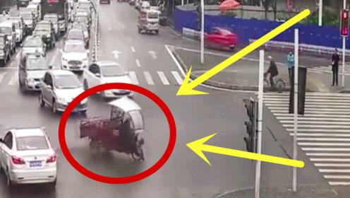 三轮车大爷强闯红灯,被撞翻在地,年轻小伙们的行为令他脸红!