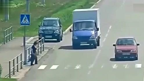 女子过马路自杀,丝毫没把过往车辆放在眼里当场悲剧了
