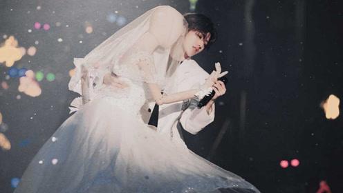 """白马王子蔡徐坤和穿着婚纱的""""模特""""舞台上跳舞,画面极致浪漫"""