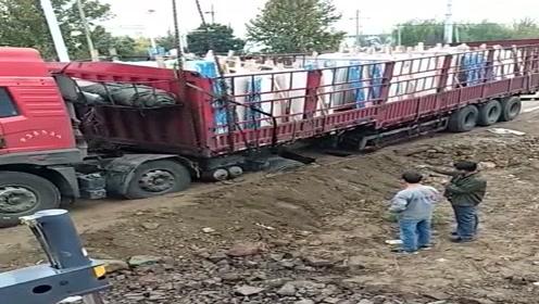 货车司机扎心了,进村拉个货被困得死死的,不得找吊车来帮忙