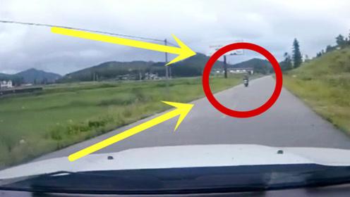 视频车看到电车驶来,故意找撞,下秒太残忍!