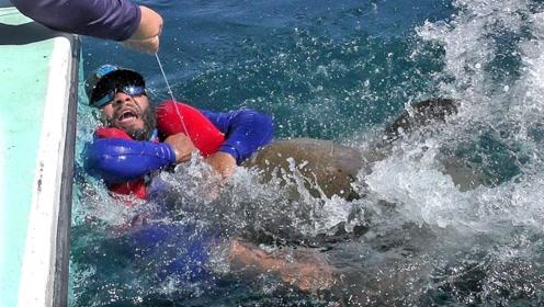 老外在海上钓鱼,一不小心被鱼拉下了水?网友:到底是谁钓谁