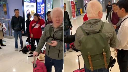 网曝4位盲人带导盲犬进商场被拦 保安:有规定不让狗进