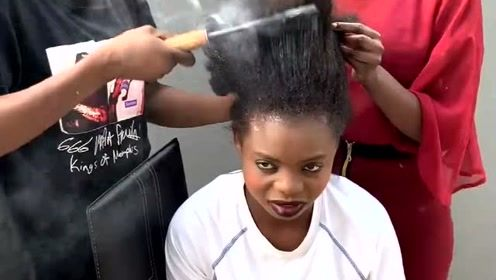 非洲女孩烫头发也太生猛了,这样真的不害怕吗?