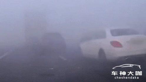 开车遇到大雾天气,一定要减速慢行
