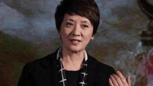 61岁杨丽萍遇62岁邓婕,保养过度VS自然老去,差距太真实了!