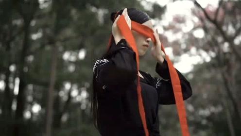 姐姐一袭黑纱红扇舞一曲古风《缘分一道桥》,霸气十足!