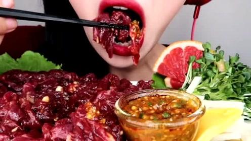 女网红直播吃生牛肉,网友:给钱都不吃,看完一阵阵反胃