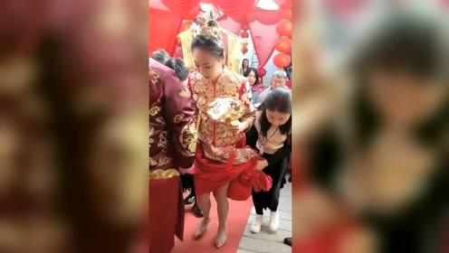 新郎,你手往哪摸呢伴娘,你把新娘的裙子提那么高,是故意的吗