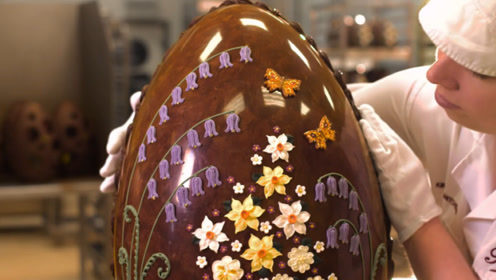 """牛人制作""""巨型巧克力蛋"""",一颗高达1000美元,打开里面满是惊喜!"""