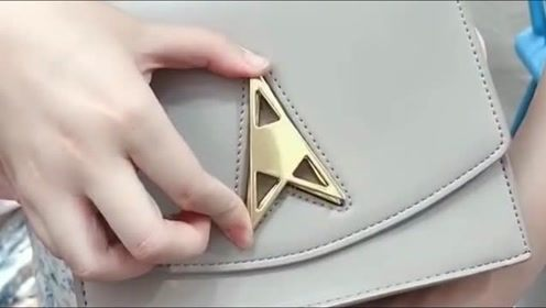 老婆新买的一个包,卡上扣子的那一瞬间,有没有很惊艳!
