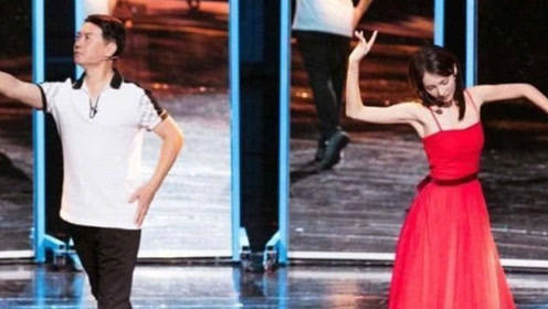 金晨和父亲跳芭蕾舞,看到她笔直的腿,木棍做的?