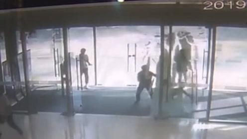 惊恐一幕!监拍长沙一男童推商场玻璃门玩,玻璃门突然爆裂成碎片