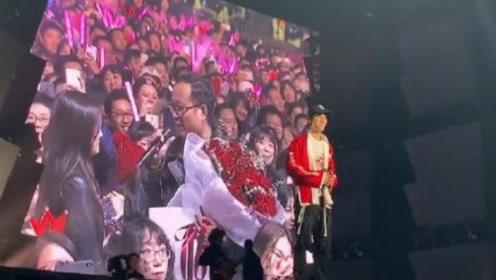 王力宏演唱会现场三对新人求婚成功,网友劝二哥发展证婚人副业