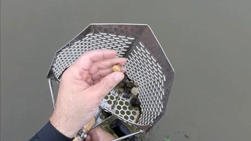 男子在海边用探测器寻宝,找到多枚超大金戒指,运气爆棚!