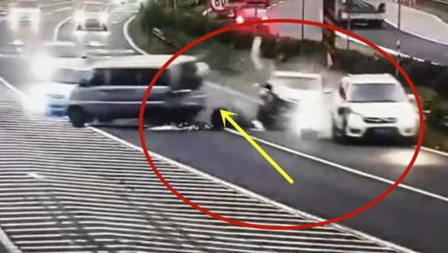 违规停车不系安全带,这连环车祸谁来负责!悲剧了