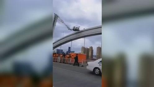 突发!温州瓯江三桥有人轻生 造成交通严重堵塞