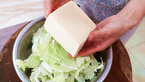做白菜炖豆腐,加猪肉炖就错了,大厨教我一招,上桌连汤汁都不剩