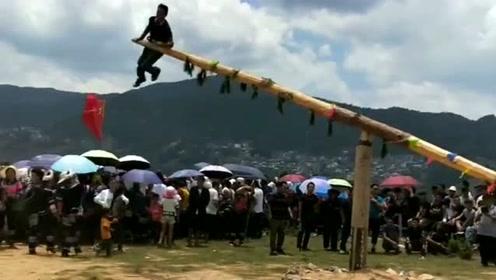 云南红河县哈尼族正在玩打磨秋,这个游戏传承两千多年,有祈福丰收的意思!