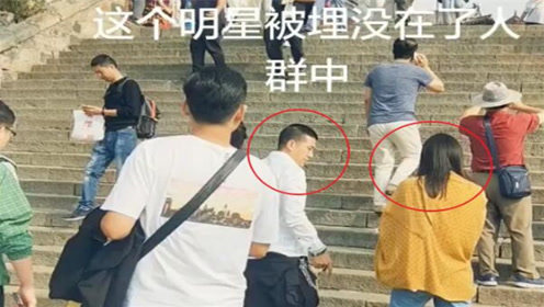 杨子与穿着黄色外套的女子一同爬山,网友:身材颜值都不输黄圣依