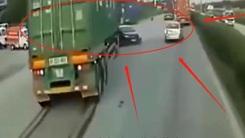 悲剧!轿车忘记珍爱生命远离大货车,被撞后向前推行原地转圈,不是监控谁信