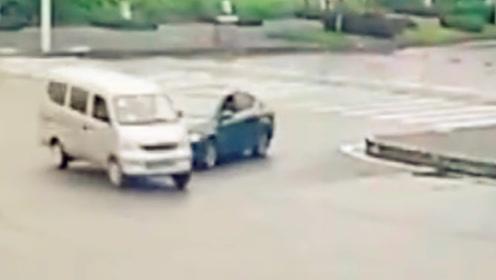 轿车十字路口处抢行 撞上面包车致2车受损
