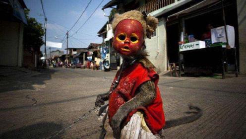 """印尼街头出现""""怪童"""",脖子有一根铁链,摘下面具后让游客很心酸"""