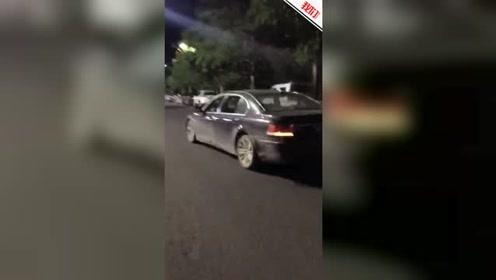 广西巴马一宝马车内的不雅视频引关注 交警:违法停车 已处罚