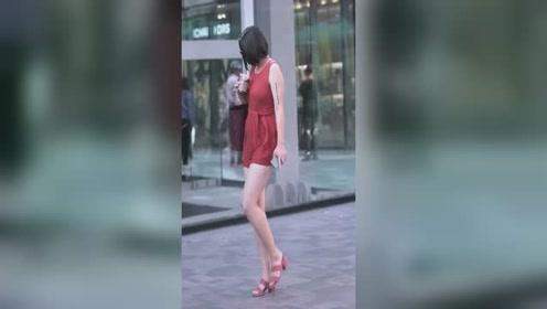 独特风格小姐姐,人家穿棉衣,他就出纳短裤