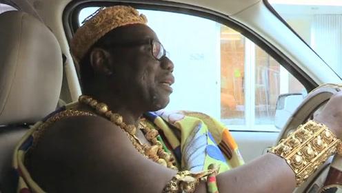 世界上最落魄的酋长 穿金戴银开出租车 背后原来有故事