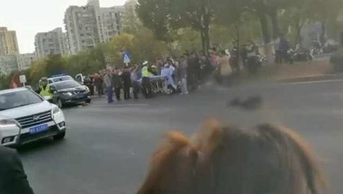 减速慢行!轿车过斑马线未礼让,撞倒行人致1死3伤